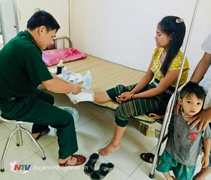 Quân y Thượng úy Trần Văn Cường, trực tiếp sơ cứu cho nạn nhân.