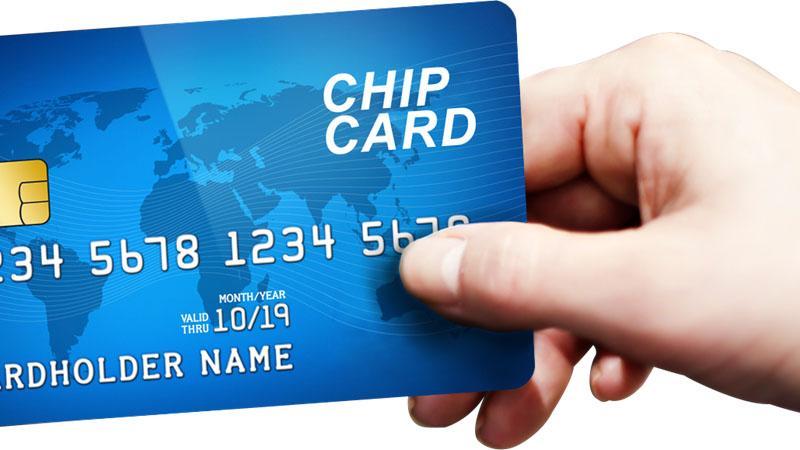 Việc chuyển đổi thẻ từ ATM sang thẻ chip sẽ làm tăng tính bảo mật thẻ. (Ảnh: KT)