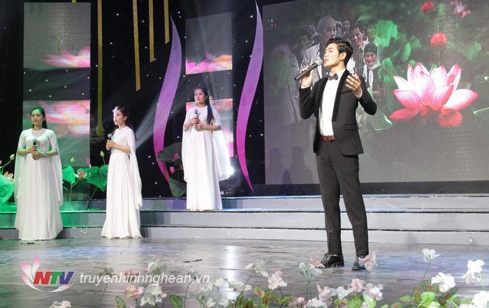 Ca khucs: Người về thăm quê, Sáng tác: Thuận Yến; Biểu diễn: Giang Nam & Tốp ca
