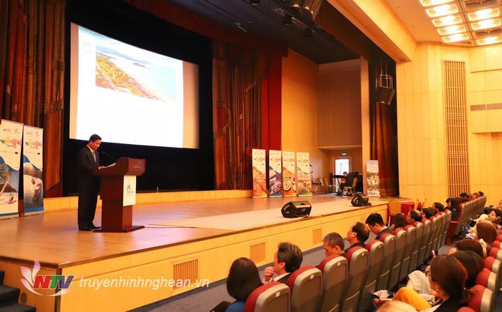 Chủ tịch UBND tỉnh Thái Thanh Quý giới thiệu tiềm năng, thế mạnh của Nghệ An trước đông đảo đại biểu dự hội nghị