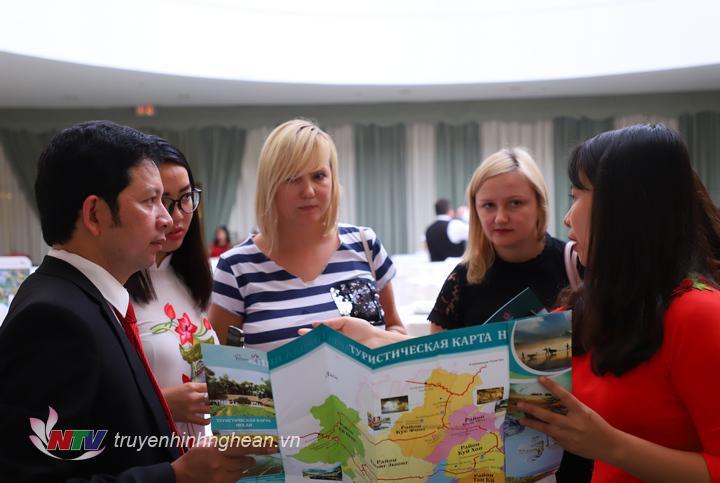 """Chương trình """"Giới thiệu Du lịch Việt Nam tại Liên bang Nga"""" là cơ hội để Việt Nam nói chung và tỉnh Nghệ An nói riêng giới thiệu những tiềm năng, cơ hội hợp tác và sản phẩm du lịch hấp dẫn đến nhân dân và du khách; các doanh nghiệp khai thác lữ hành, du lịch của Liên bang Nga, để thu hút nhiều khách du lịch Nga đến với Nghệ An và ngược lại."""