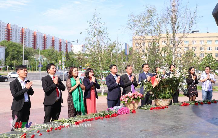 Chủ tịch UBND tỉnh Thái Thanh Quý cùng các thành viên trong đoàn công tác dâng hoa tại Quảng trường Hồ Chí Minh ở thủ đô Moskva, Liên bang Nga.