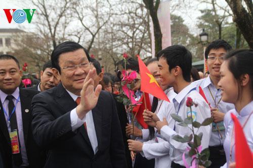 Nguyên Chủ tịch nước Trương Tấn Sang thăm trường PTTH chuyên Phan Bội Châu, Nghệ An ngày 23/3/2014.