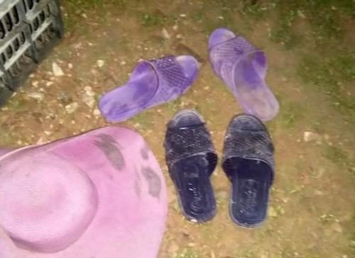Hai đôi dép của nạn nhân bỏ lại tại bờ đập. Ảnh: CTV