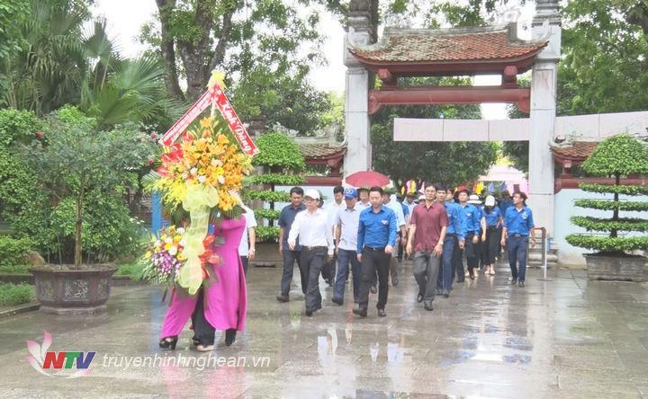 Đoàn đại biểu dâng hoa tại Khu di tích Kim Liên.