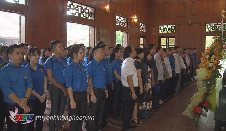 Đoàn đại biểu dâng hoa, tưởng niệm trước anh linh Chủ tịch Hồ Chí Minh.