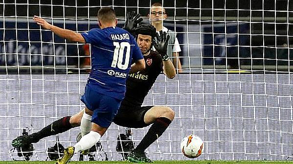 Hazard đệm lòng kết liễu Arsenal. Ảnh: AP.