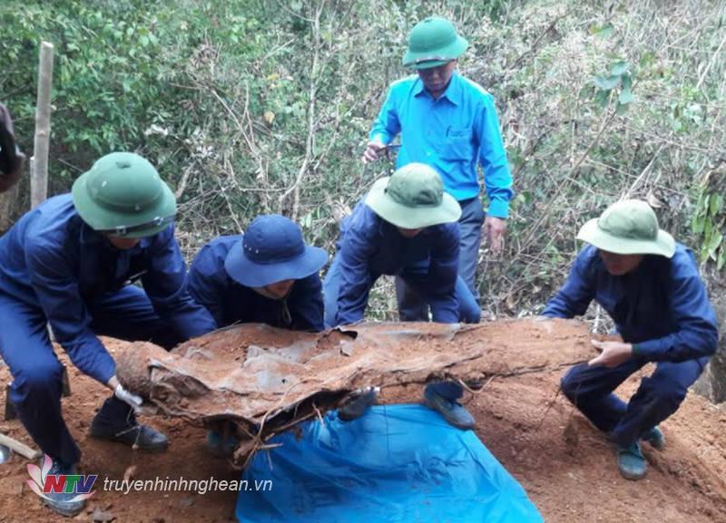 Lực lượng Mũi 2 - Đội quy tập Bộ CHQS tỉnh Nghệ An đang cất bốc hài cốt liệt sỹ tại bản Phổ Xí, huyện Mường Pẹc.