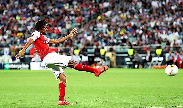 Cú vô-lê thành bàn của Iwobi là điểm sáng hiếm hoi của Arsenal. Ảnh: Reuters.
