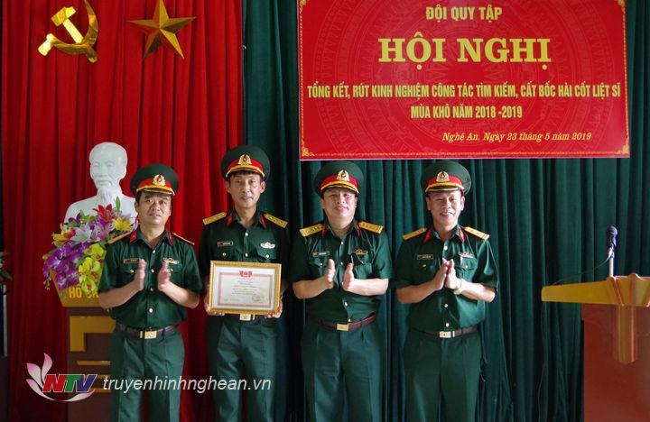 Tại hội nghị, đồng chí Đại tá Vương Kim Hải đã trao giấy khen cho tập thể Đội quy tập và các cá nhân có thành tích xuất sắc trong công tác tìm kiếm, cất bốc hài cốt liệt sĩ mùa khô 2018-2019 vừa qua.