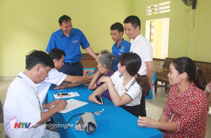 Khám, tư vấn và phát thuốc miễn phí cho hơn 200 người là công nhân của Công ty cổ phần Mía đường Sông Lam và bà con nhân dân xã Đỉnh Sơn.