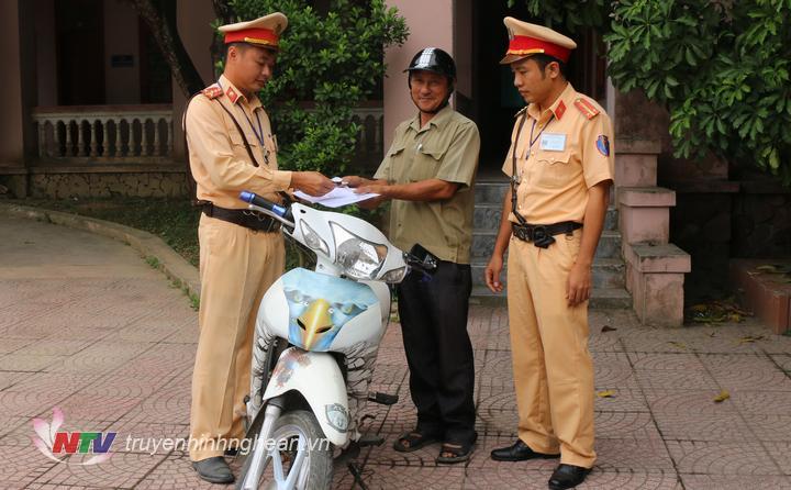 Lực lượng chức năng tiến hành trả lại xe máy cho người bị mất.