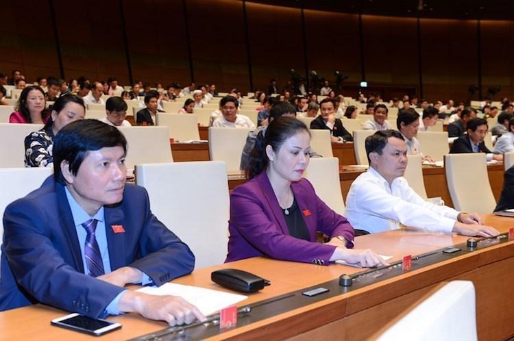 Đại biểu Quốc hội khóa XIV ấn nút thông qua luật tại hội trường. Ảnh: Trung tâm báo chí Quốc hội.