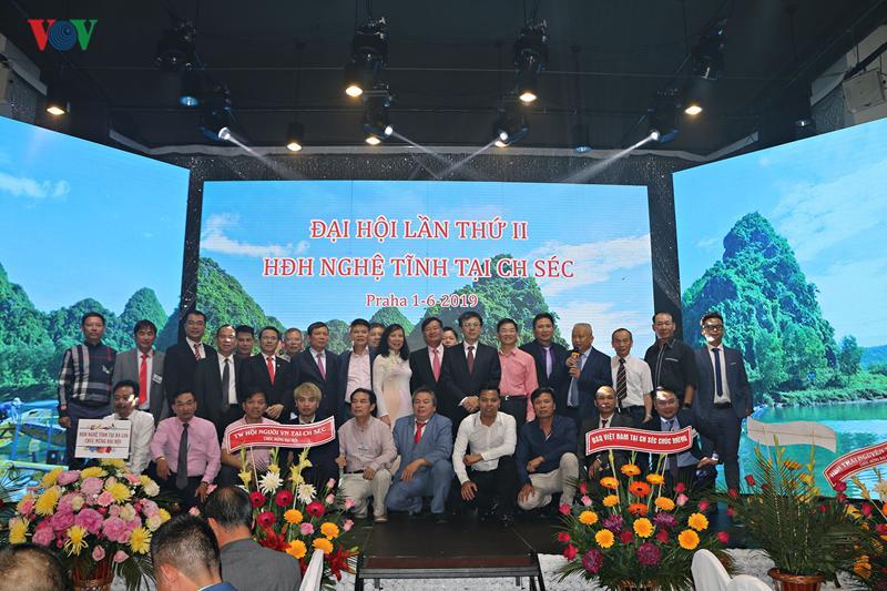 Các đại biểu chụp hình lưu niệm với Ban chấp hành Hội nhiệm kỳ mới.