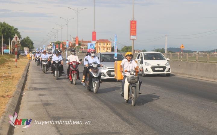 Diễu hành tuyên truyền chính sách trên các tuyến đường chính huyện Quỳnh Lưu.