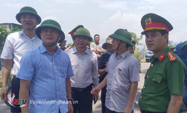 Chỉ đạo tại hiện trường, các đồng chí lãnh đạo tỉnhyêu cầu lực lượng chức năng tuyệt đối đảm bảo an toàn cho các hộ dân trong vùng nguy hiểm.