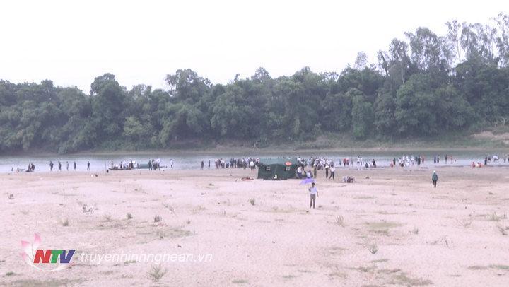 Hiện trường nơi đang diễn ra cuộc tìm kiếm cứu hộ, cứu nạn vụ 3 em học sinh bị đuối nước ở xã Thanh Tường, huyện Thanh Chương.