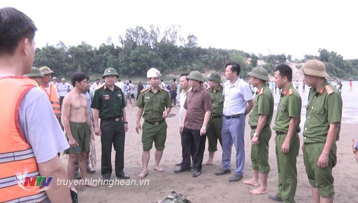 Chủ tịch UBND huyện Nguyễn Văn Quế trực tiếp đến hiện trường chỉ đạo và giao nhiệm vụ cho các lực lượng tham gia tìm kiếm học sinh bị đuối nước.