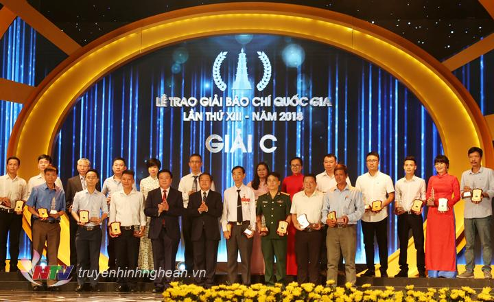 Nhà báo Nguyễn Hưng - Đài PTTH Nghệ An (hàng 1 - thứ 2 từ trái sang) nhận giải C.