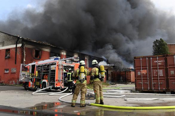 Lực lượng cứu hoả Đức dập lửa tại chợ Việt Nam ngày 4-7 - Ảnh: REUTERS