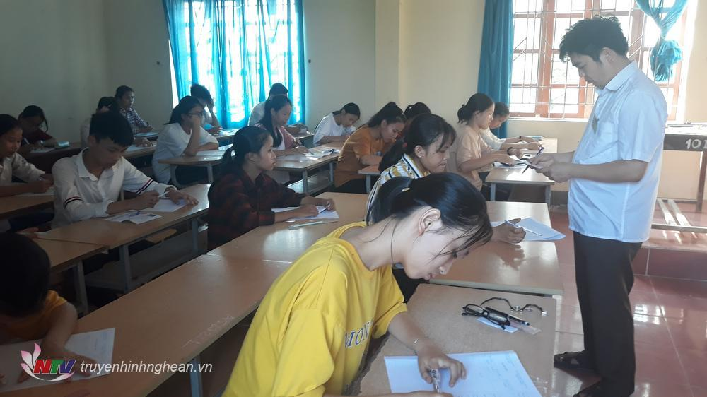 Thí sinh tham dự kỳ thi tuyển sinh vào lớp 10 tại Nghệ An.
