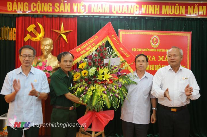 Hội doanh nhân cựu chiến binh tỉnh Nghệ An tặng hoa chúc mừng và tặng 60 triệu đồng để xây dựng nhà tình nghĩa cho hội viên hội cựu chiến binh.
