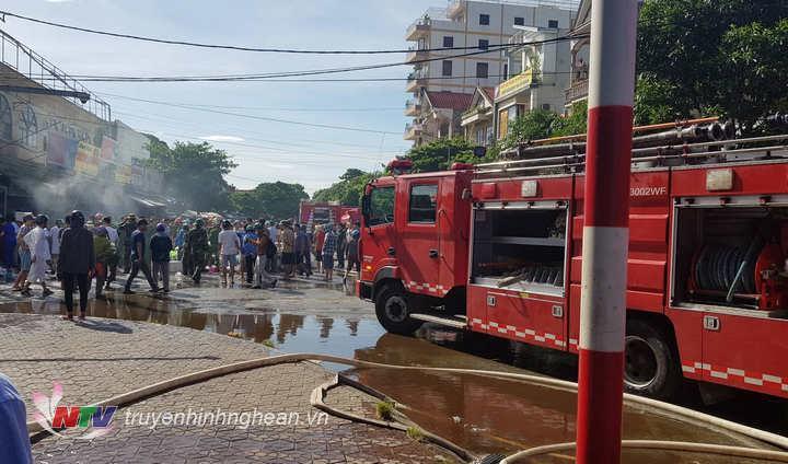 Lực lượng chữa cháy chuyên nghiệp nhanh chóng có mặt tại hiện trường.