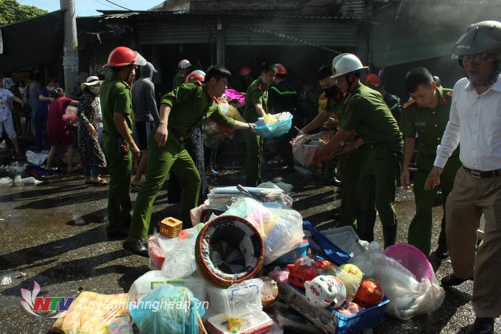 Ngay khi cháy toàn bộ tài sản trong chợ được người dân, lực lượng chức năng sơ tán tránh thiệt hại