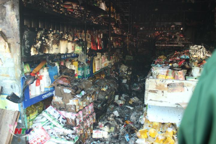 Nhiều cửa hàng bị cháy hàng hoá.