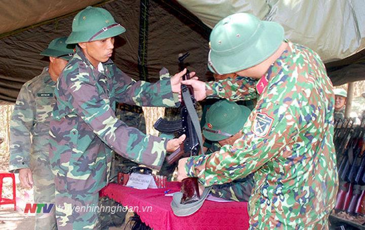 Bàn giao quân trang và vũ khí cho quân dự bị huyện
