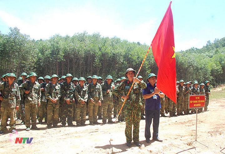 """Lãnh đạo  huyện trao cờ truyền thống """" Quyết chiến, quyết thắng"""" cho Tiểu đoàn bộ binh huyện."""