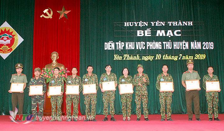 Trao thưởng cho các tập thể có thành tích xuất sắc trong đợt diễn tập KVPT huyện.