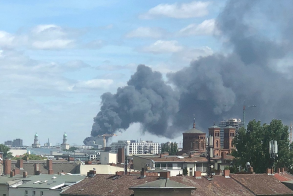 Đám cháy chợ Đồng Xuân tại thành phố Berlin, Đức nhìn từ xa - Ảnh: TWITTER