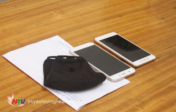 Tang vật thu giữ gồm 02 chiếc điện thoại di động đúng đặc điểm bị khai báo; 01 khẩu trang bịt mặt và 01 xe máy của đối tượng gây án.