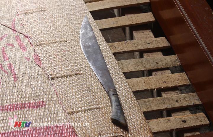 Qua khám xét tại nhà đối tượng Vi Văn Chinh ở bản Kẻ Nính, xã Châu Hạnh, Ban chuyên án đã thu giữ con dao mà đối tượng dùng uy hiếp cướp tài sản.
