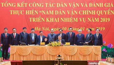 Phó Thủ tướng Trương Hòa Bình và Trưởng Ban Dân vận Trung ương Trương Thị Mai ký kết kế hoạch phối hợp thực hiện Năm dân vận chính quyền 2019 giữa Ban Cán sự Đảng Chính phủ và Ban Dân vận Trung ương - Ảnh: VGP/Quang Hiếu