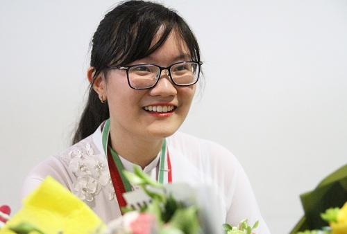 Nguyễn Phương Thảo trở về nước từ Iran sau khi giành huy chương vàng Olympic Sinh học quốc tế năm 2018. Ảnh: Thùy Linh