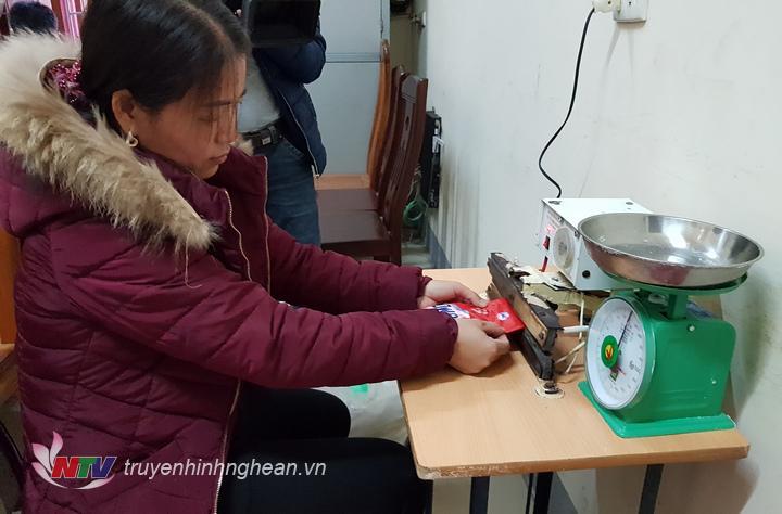 Đối tượng Phạm Thị Thủy thực hiện quy trình đóng gói giả bột giặt omo.