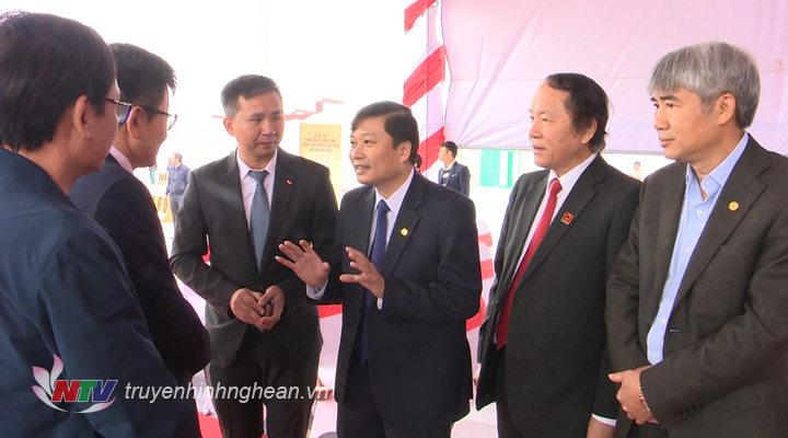 Phó Chủ tịch UBND tỉnh Lê Hồng Vinh trao đổi cùng