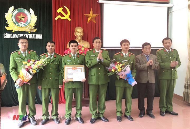 Lãnh đạo Công an Tỉnh và Thị xã Thái Hòa trao thưởng cho Ban chuyên án.