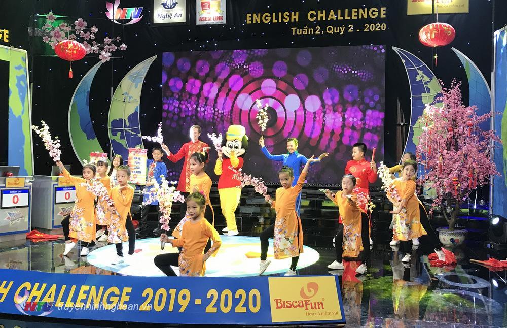Sân khấu English Challenge ngập săc Xuân
