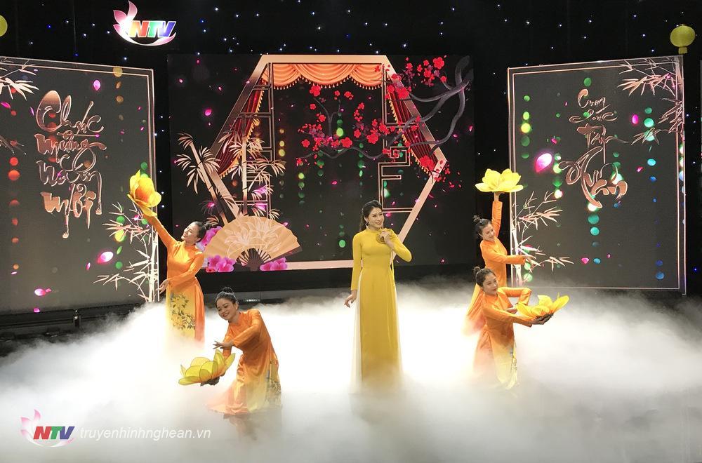 sân khấu hoành tráng, ấn tượng với hình ảnh Led đậm đà màu sắc mùa xuân, hiệu ứng khói bồng bềnh
