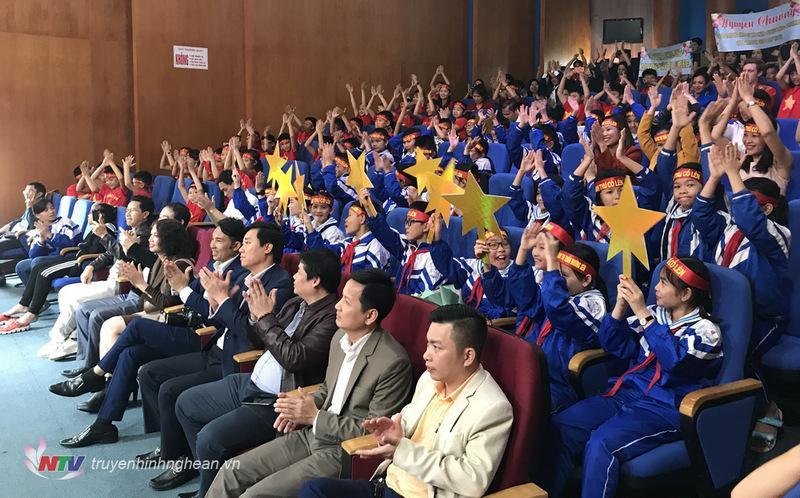 Khán giả cổ vũ 4 thí sinh đến từ các trường huyện trong vòng thi tuần 3 - Quý II