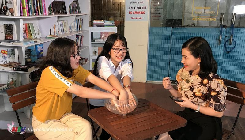 Hai nữ sinh trường Phan trong phần thử thách cùng MC Thanh Long
