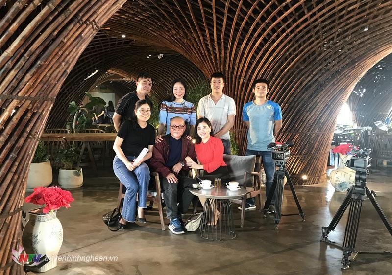Nhà văn Phạm Ngọc Tiến và ê kíp thực hiện chương trình Trò chuyện cuối tuần