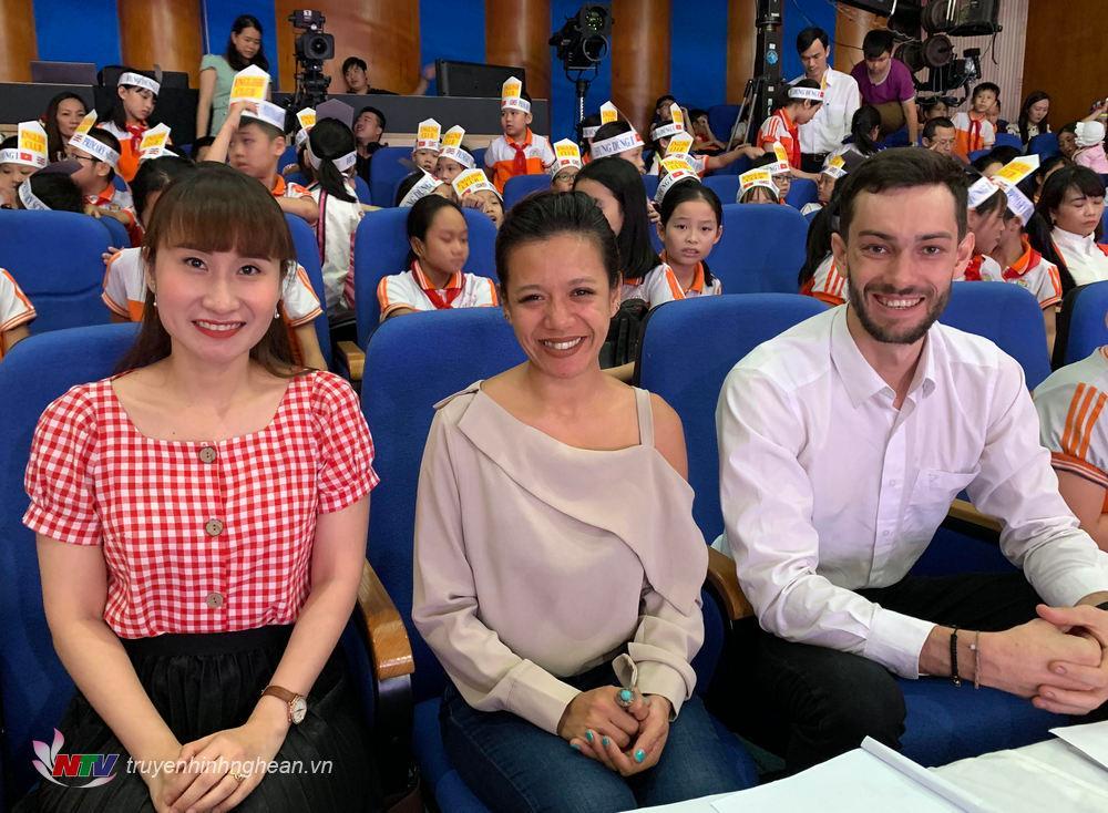Ban giám khảo: Cô Đinh Thị Mai Anh – Giảng viên – Trường Đại học Vinh; Cô LOUELLA MARIE ESTACIO – và thầy ALVIN RYAN – đến từ trung tâm Anh ngữ quốc tế Asemlink