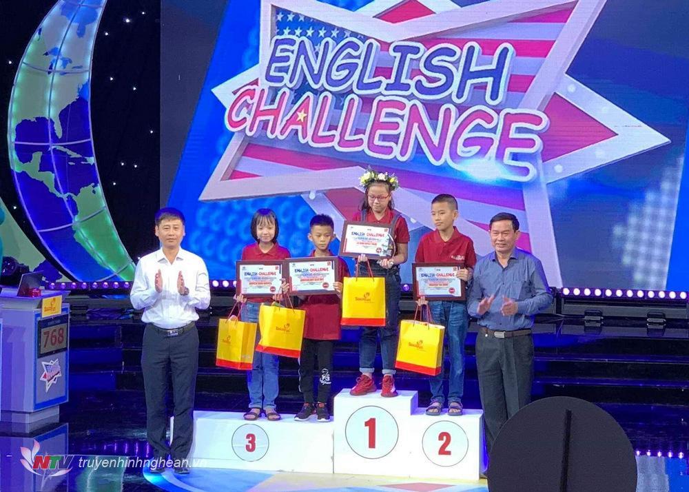 Ông Nguyễn Hữu Lợi và Trần Minh Ngọc trao giải thí sinh về Nhất vòng thi tuần 1-Quý I