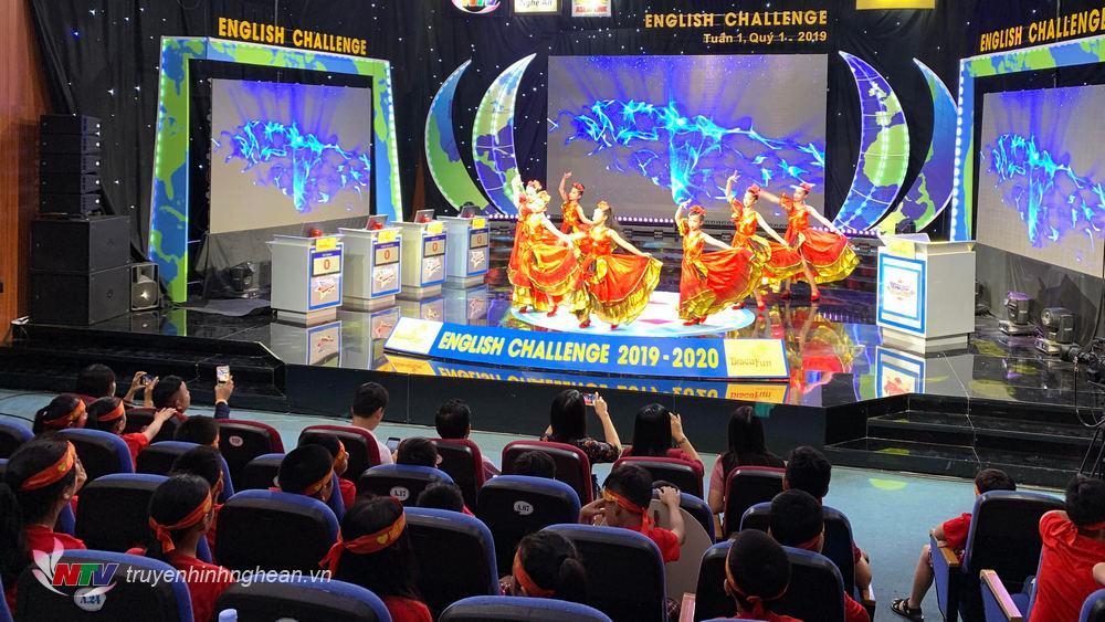 Flamenco do Đội nghệ thuật Chim xanh – Nhà văn hóa thiếu nhi Việt Đức biểu diễn chào mừng các thí sinh và khán giả đến với Sân chơi English Chanllenge mùa thứ 3