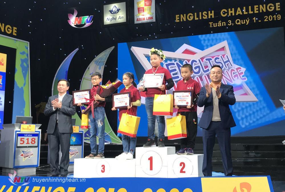 Đại diện Sở GD&ĐT Nghệ An và nhà tài trợ Biscafun trao chứng nhận và quà cho thí sinh về Nhất tuần 3 - Quý I: Võ Huy Đạt