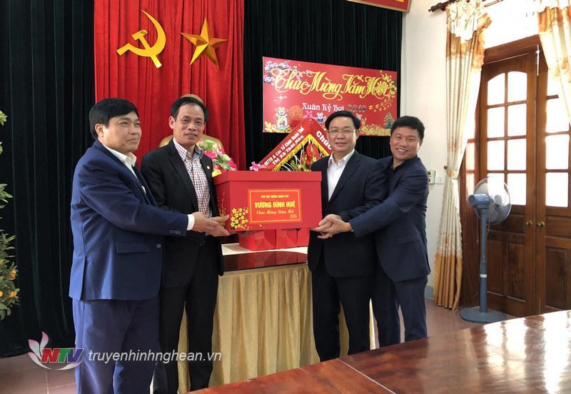 Phó Thủ tướng Chính phủ Vương Đình Huệ tặng quà cho đại diện Đảng bộ thị xã Thái Hòa.